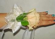 Браслет на руку из цветов на выпускной